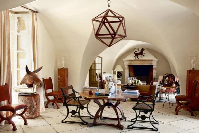 salon zdrewnianymi meblami oraz dużym łukiem sufitowym