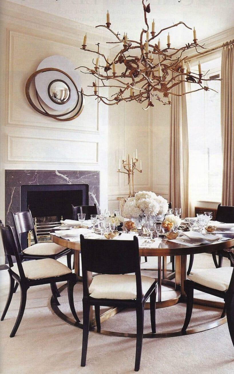 jadalnia zczarno-białymi krzesłami przy dużym kominku