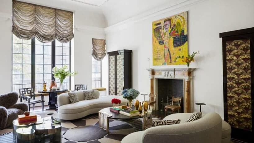salon zpółokrągłymi szarymi kanapami na biało-czarnej podłodze