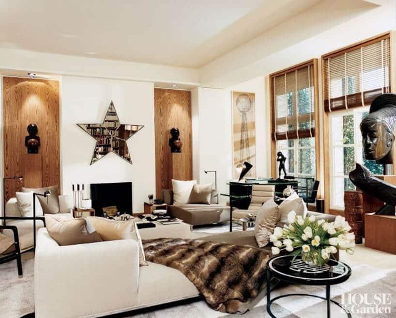 salon zdrewnianymi wstawkami ściennymi oraz skórzanymi sofami