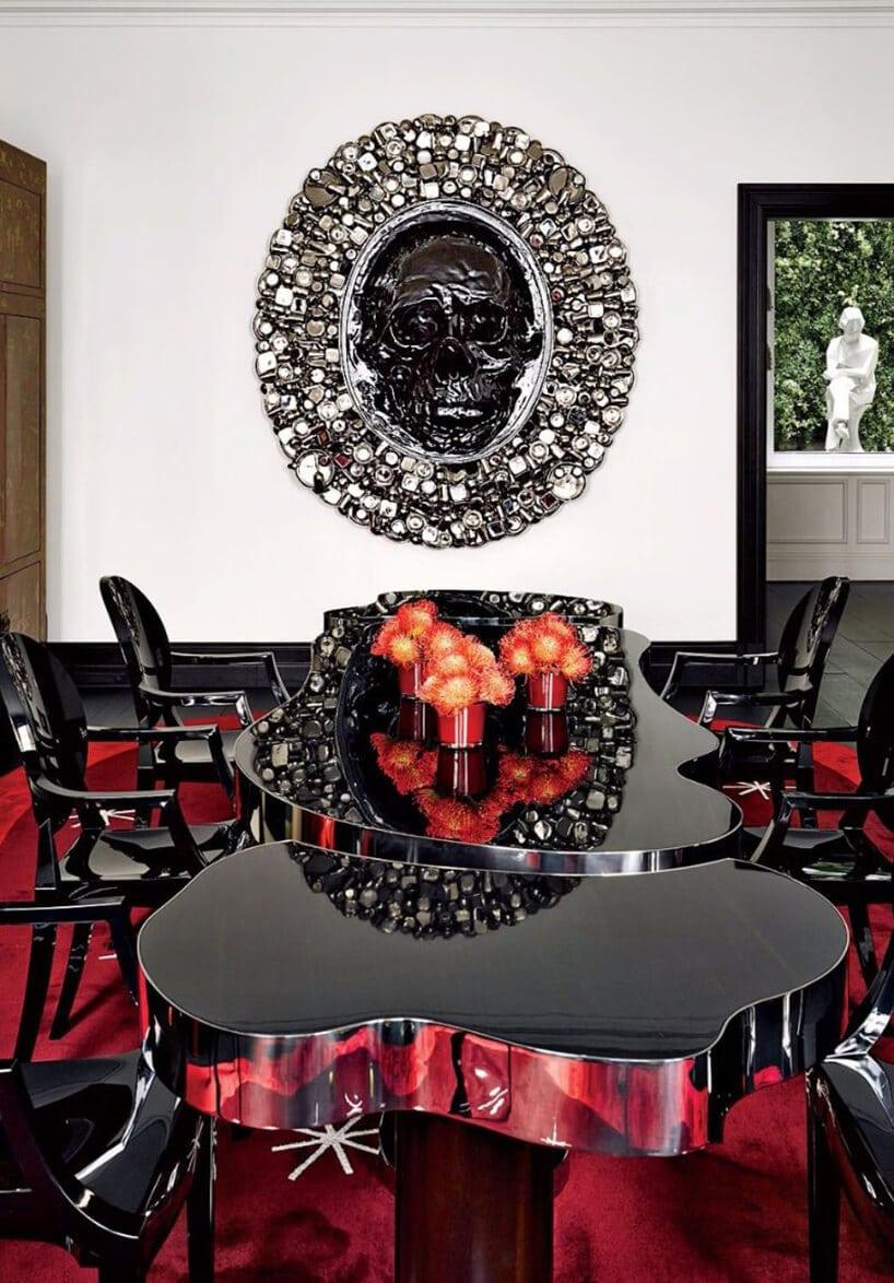stół wczarnym połysku na czerwonym dywanie