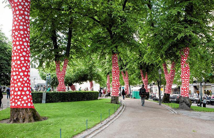 drzewa wparku owinięte czarnym materiałem wbiałe kropki