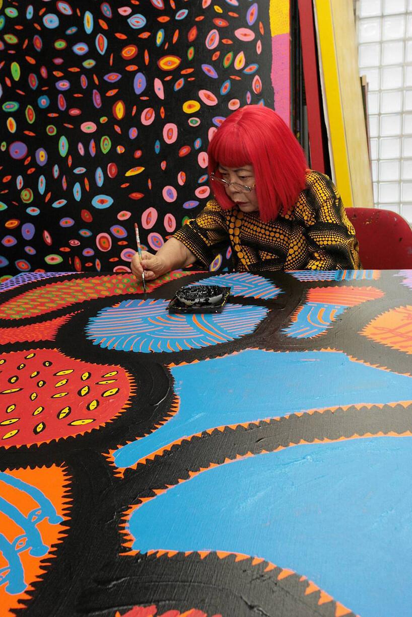 artystka podczas tworzenia kolorowego obrazu
