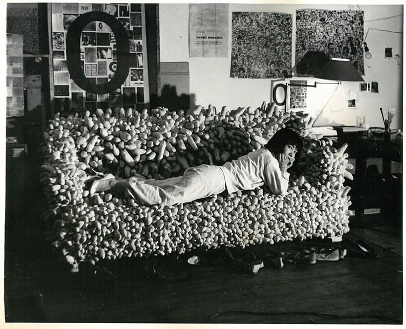 kobieta leżąca na dziwnej sofie