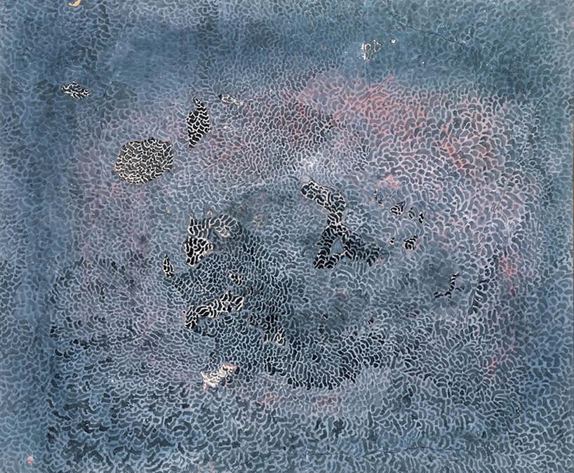 niebieski obraz zróżowymi elementami