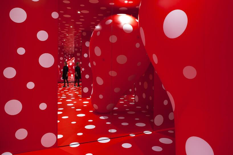 czerwone wnętrze wbiałe kropki zlustrem