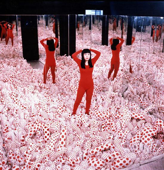kobieta wczerwonym stroju stoi na białych poduszkach wczerwone kropki
