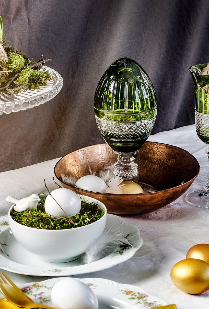 zielone kryształowe jajo na stole