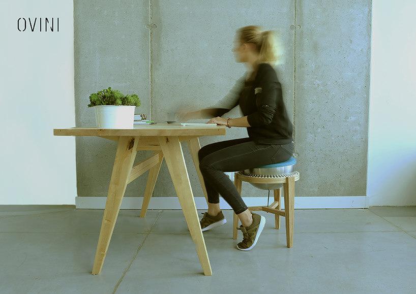 kobieta siedząca na Balance Chair przy stole