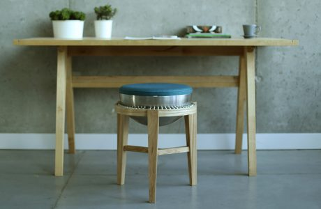 krzesło w kulkowym osadzeniem siedziska przy stole