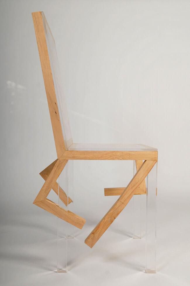 plastikowe krzesło zdrewnianymi elementami