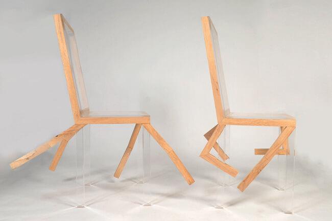 dwa nietypowe krzesła drewniano plastikowe