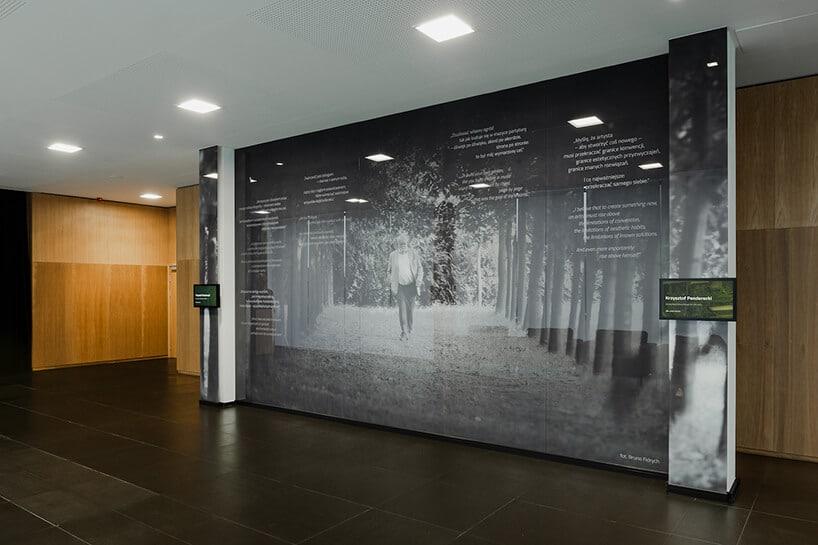 duża ściana nadrukiem idącego mężczyzny walei drzew projektu Nizio Design International