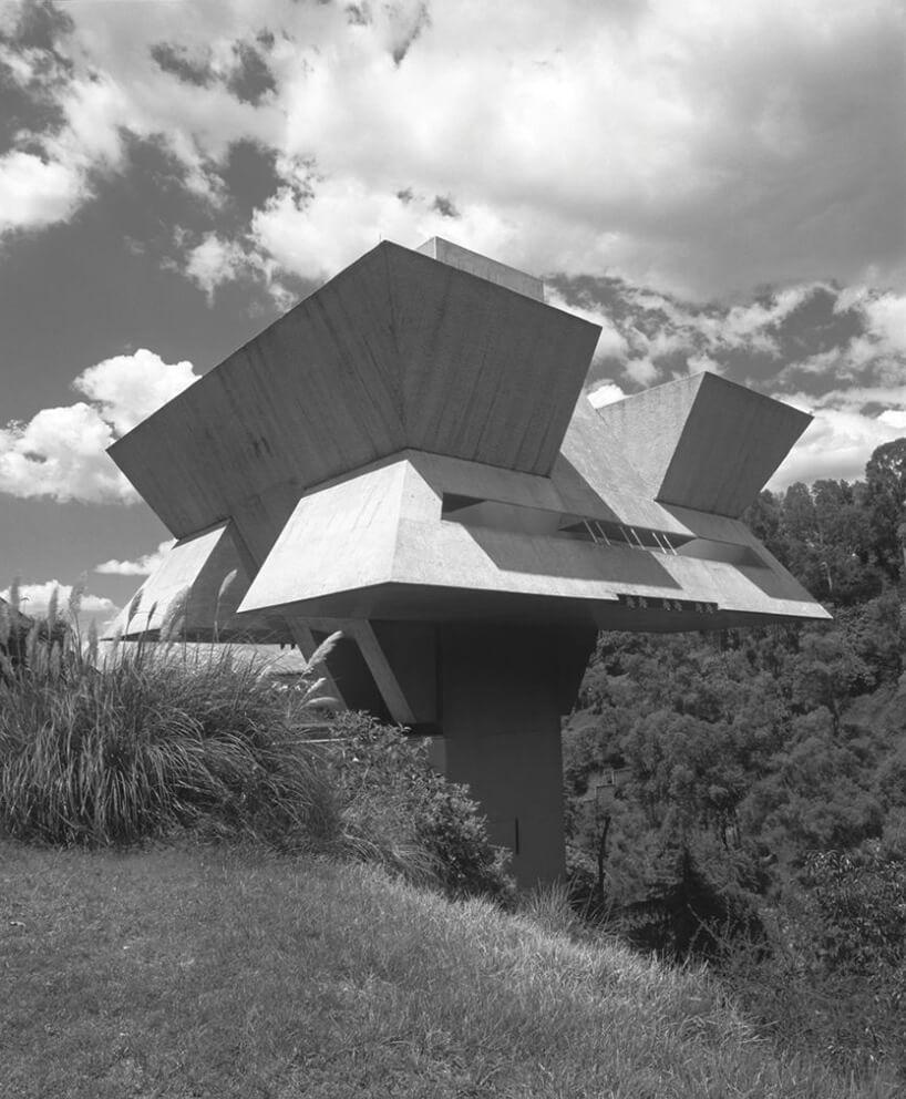 wyniesiony na filarze modernistyczny dom