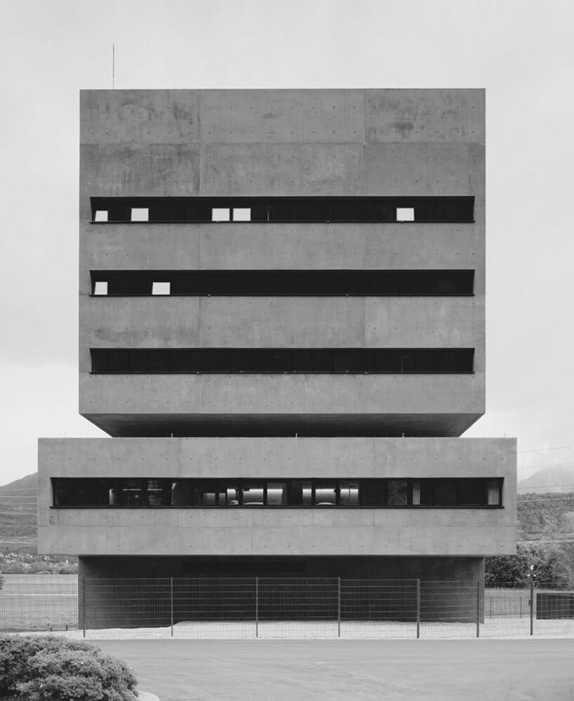 modernistyczny przykład prostokątny budynek