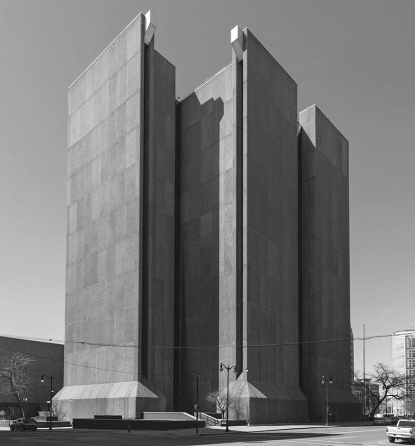 szpiczasta budowla wmodernistycznym stylu