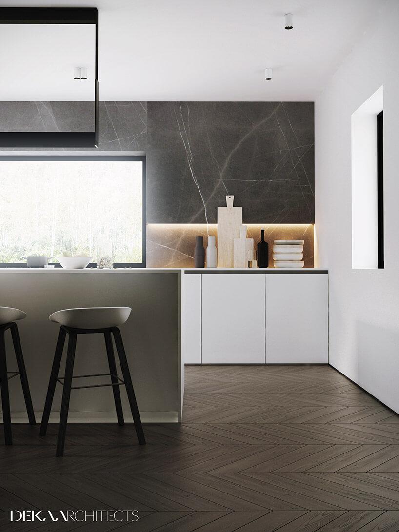 szaro-biała kuchnia zdużym panoramicznym oknem