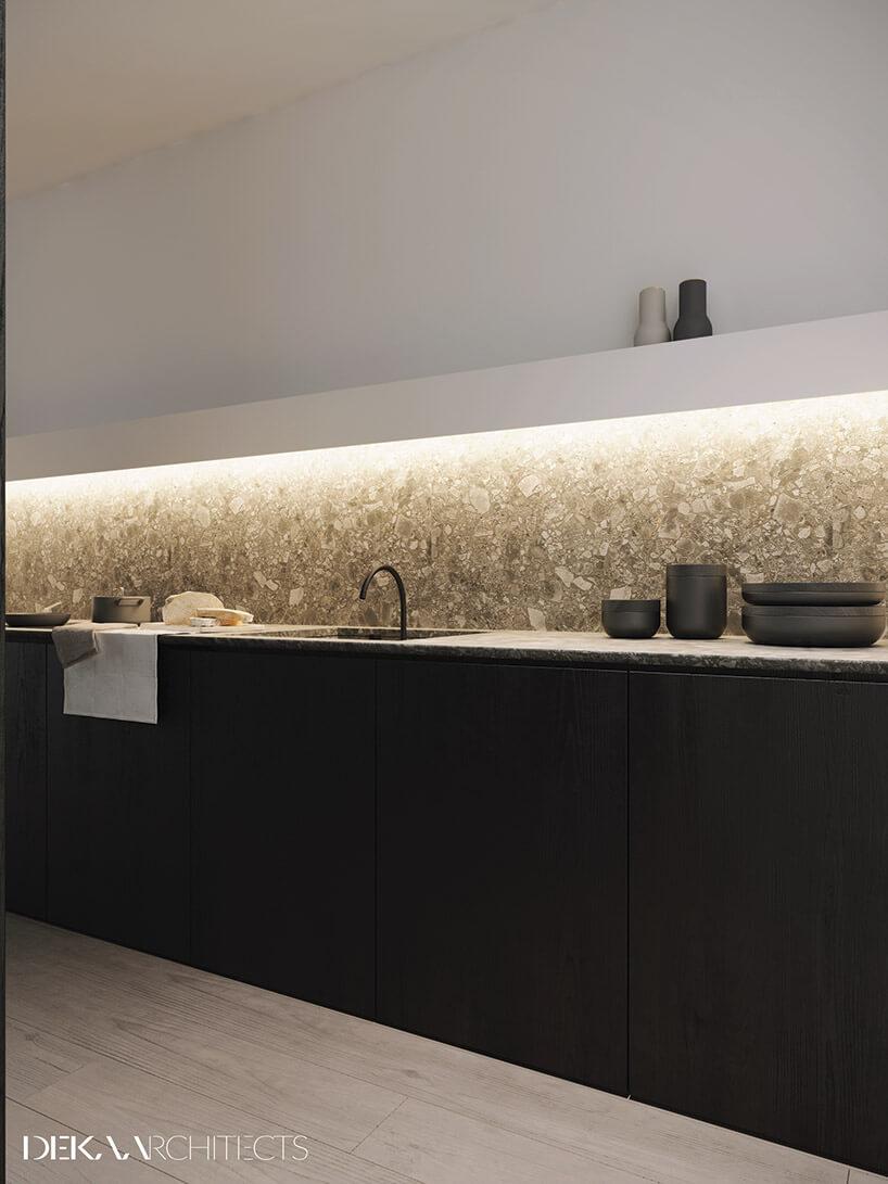 czarno-biała długa kuchnia zelementem kamienia