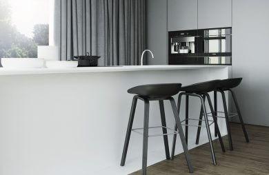 biało szara kuchnia z trzema czarnymi wysokimi krzesłami przy wyspie