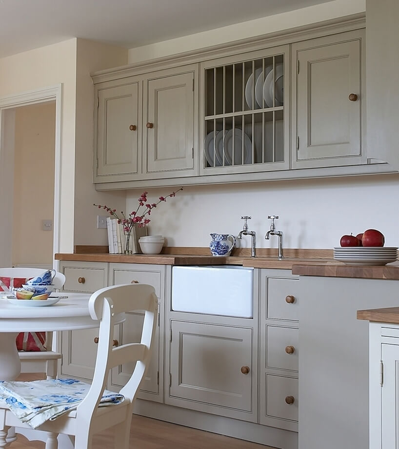 biała kuchnia zlitego drewna od Boutique Pierrot wstylu prowansalskim
