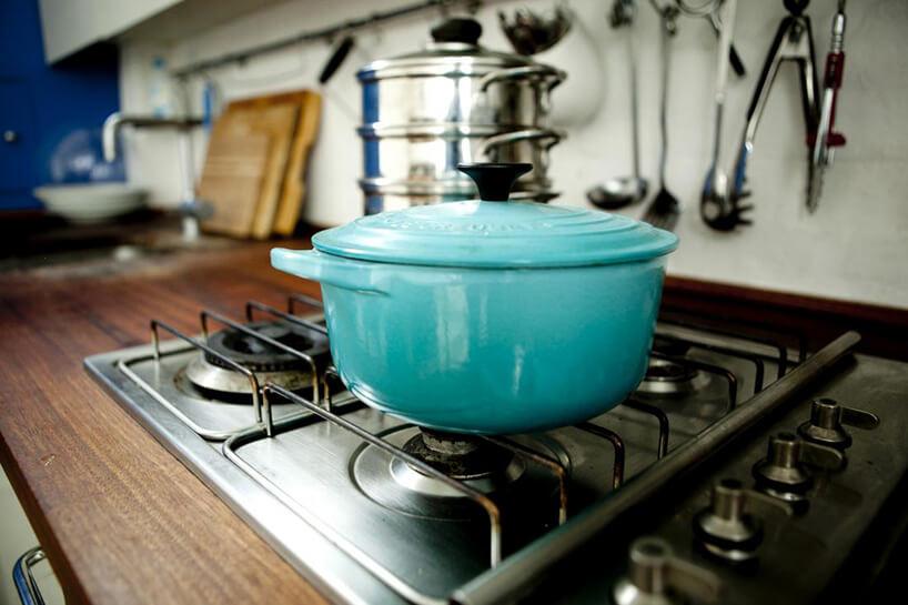 niebieski garnek na stalowej kuchni