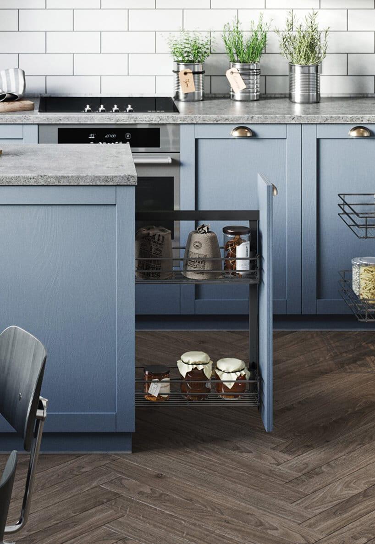 niebieskie szafki zsystemem przechowywania wraz zwysuwanymi półkami zproduktami