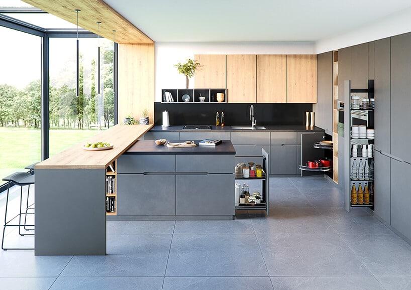szaro-drewniana kuchnia znowoczesnym systemem przechowywania idużymi szarymi kaflami na podłodze