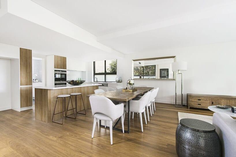 białe ściany wjadalni zdodatkami drewnianymi oraz panelami na podłodze
