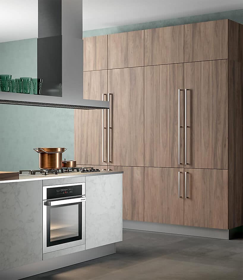 wyspa kuchenna zjasnym wykończeniem oraz szafkami wwykończeniu drewnianym
