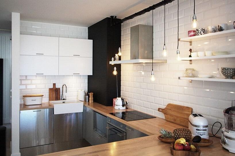 jasna kuchnia zbiałą górą isrebrnymi metalowymi frontami dolnych szafek