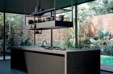 nowoczesna czarna wyspa kuchenna ze zlewem i płytą z podwieszaną szafką