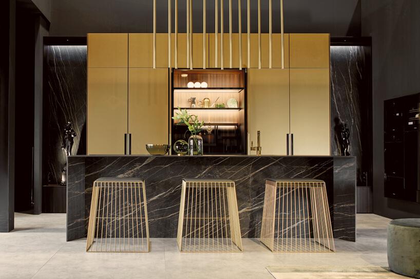 Modne kolory wkuchni drewniany stołki marmurowa szafka ze zlewozmywakiem