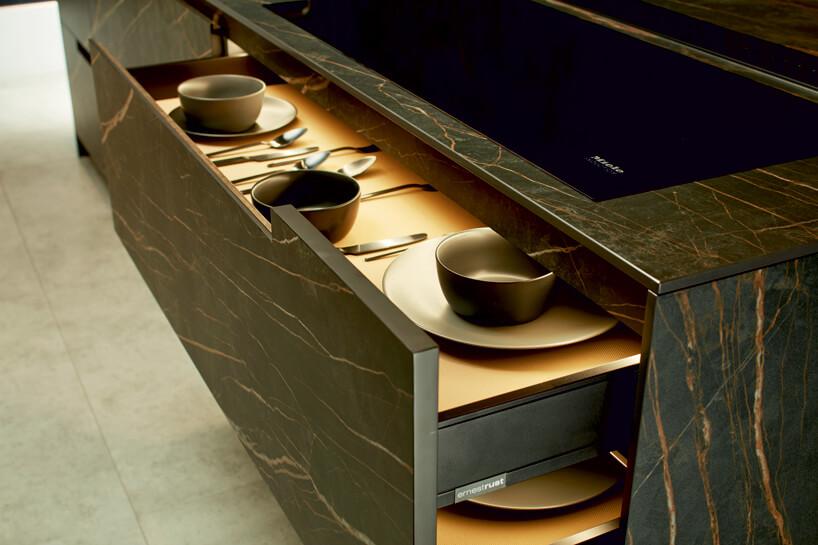 Czas na modne kolory wkuchni białe iczarne naczynia wmarmurowej szufladzie
