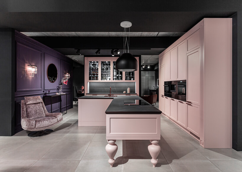 różowa kuchnia wpastelowym odcieniu zfioletową ścianą