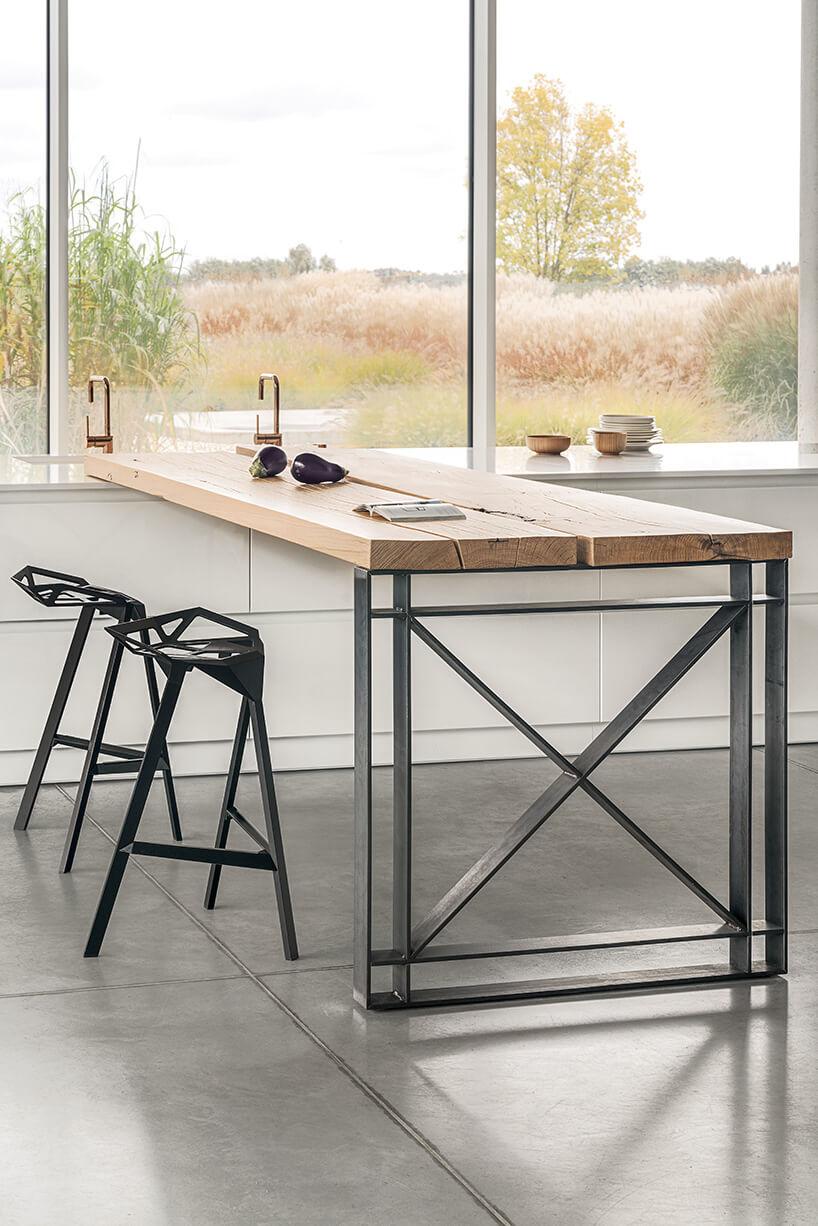 czarne krzesła przy drewniany stole