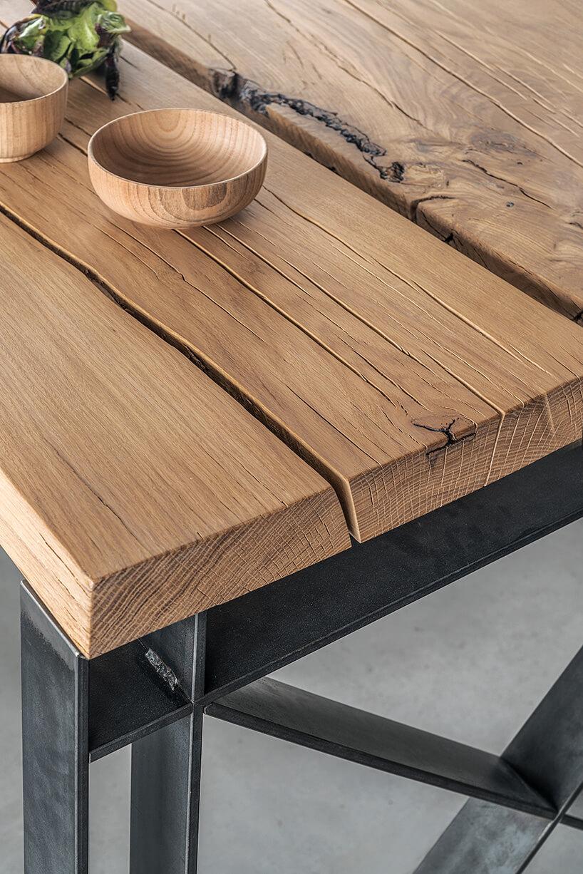 drewniane miseczki na drewniny stole