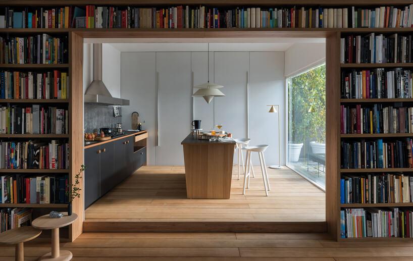 kuchnia wdrewnie zwyspą idużym oknem w