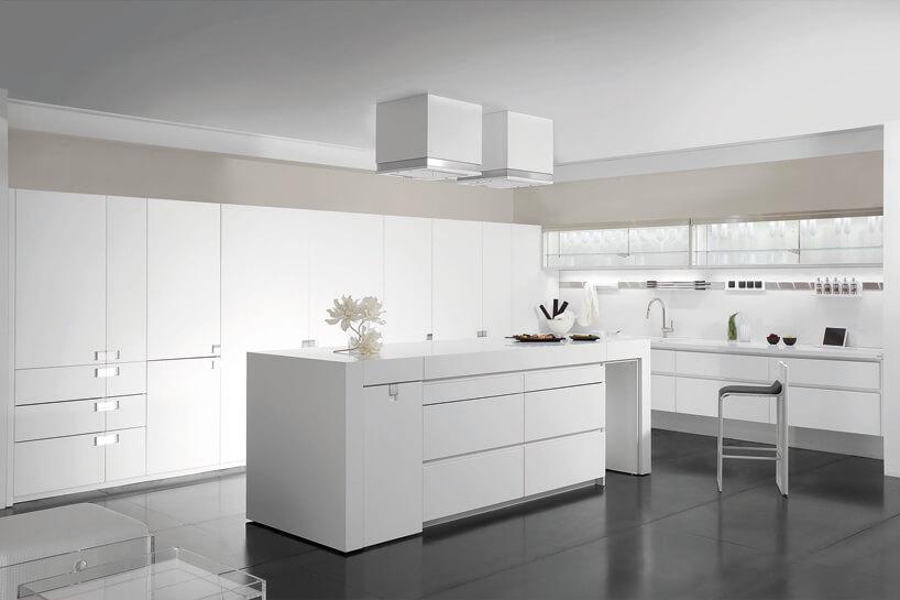 duża biała kuchnia zwyspą iczarną podłogą