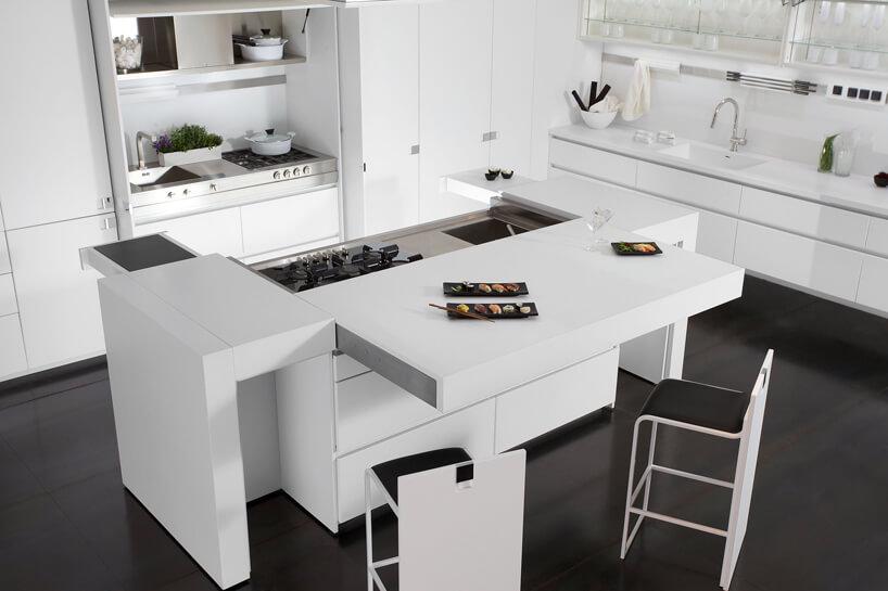 duża biała wyspa kuchenna irozsuwanymi elementami
