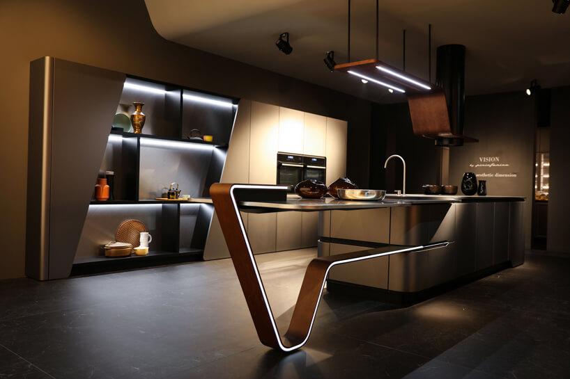 długa wyspa zliniowym podświetleniem wnowoczesnej kuchni