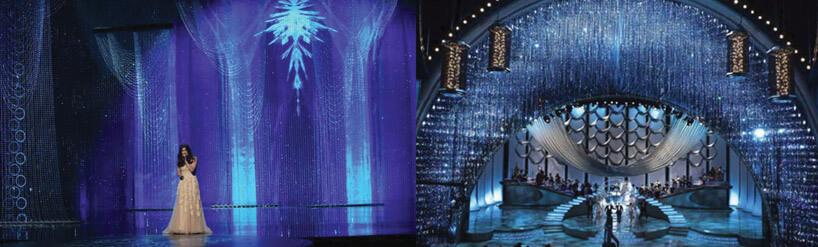 kobieta wjasnej sukni stojąca na środku sceny dużego teatru