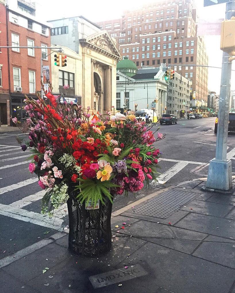 cięte kwiaty miejskim koszu