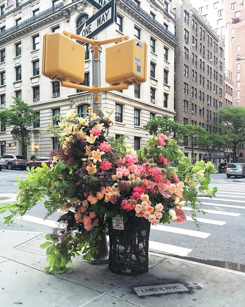 kwiaty wkoszu na ulicy