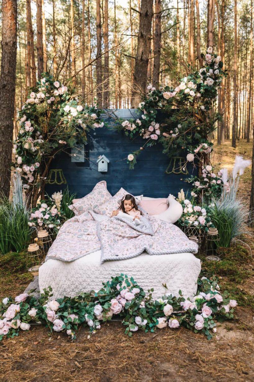 sesja zdjęciowa łóżko zpościelą wlesie la milllou