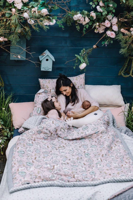 mama zdziećmi leżąca włózku pod różową pościelą la millou
