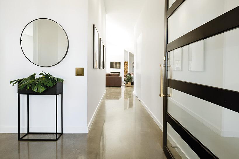 nowoczesny łącznik sky na białej ścianie weleganckim korytarzu
