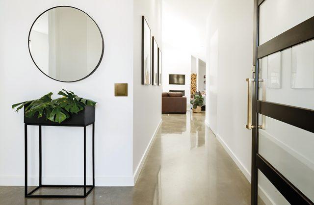 złoty łącznik na białej ścianie