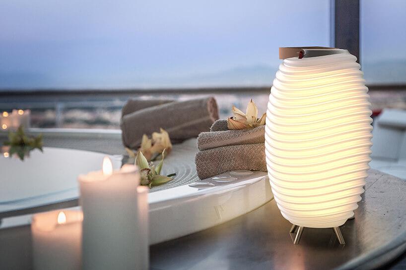 lampa ze zdobieniami przy jacuzzi ze świeczkami