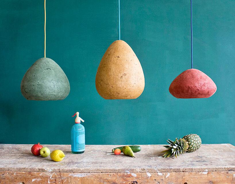 trzy kolorowe wiszące lampy