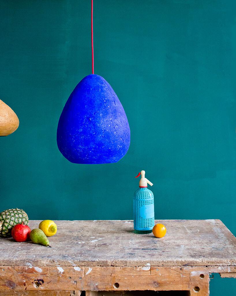 niebieska bulwiasta lampa wisząca nad stołem